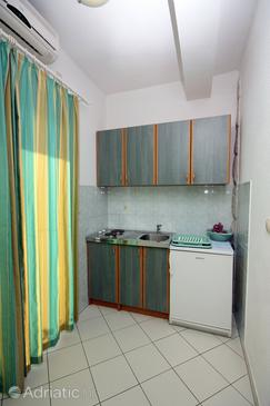 Duće, Kitchen in the studio-apartment, air condition available and WiFi.