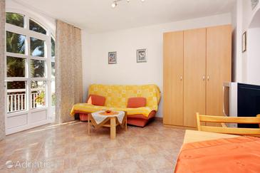 Sumartin, Living room in the studio-apartment, air condition available and WiFi.