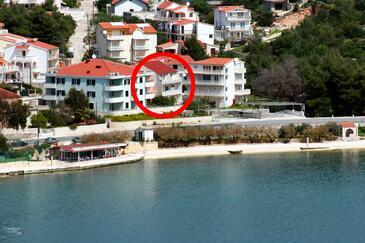 Marina, Trogir, Obiekt 4850 - Apartamenty przy morzu ze żwirową plażą.