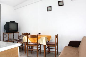 Rogoznica, Jadalnia w zakwaterowaniu typu apartment.