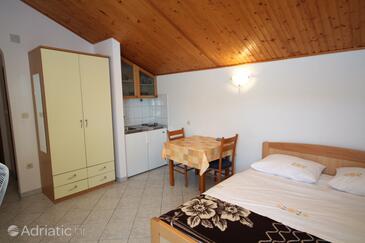 Grebaštica, Jídelna v ubytování typu studio-apartment, s klimatizací, domácí mazlíčci povoleni a WiFi.