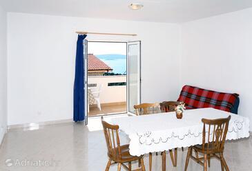 Seget Vranjica, Blagovaonica u smještaju tipa apartment, dostupna klima i WiFi.