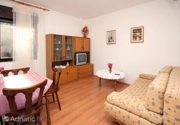 Seget Vranjica, Living room in the apartment, dostupna klima i WIFI.