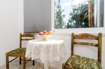 Saplunara, Jídelna v ubytování typu studio-apartment, domácí mazlíčci povoleni.