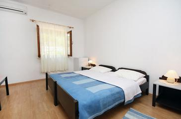 Saplunara, Bedroom in the room, air condition available, (pet friendly) and WiFi.