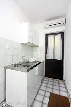 Sobra, Kitchen in the studio-apartment, air condition available and WiFi.
