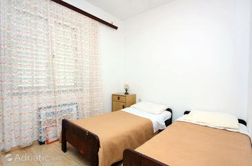 Pomena, Dormitorio in the room, air condition available y WiFi.