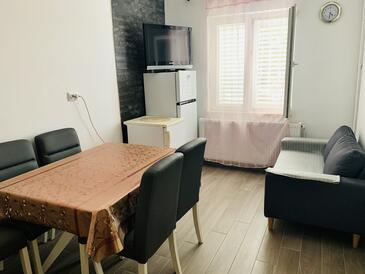 Sobra, Dining room in the apartment, (pet friendly) and WiFi.