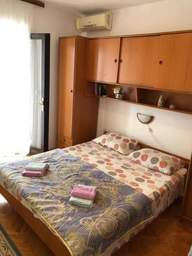 Pomena, Spavaća soba u smještaju tipa room, dostupna klima i WiFi.