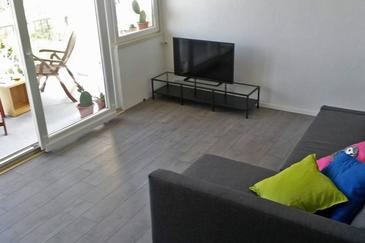 Sobra, Living room in the apartment, air condition available and WiFi.