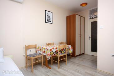 Palit, Dining room in the studio-apartment, dostupna klima i dopusteni kucni ljubimci.
