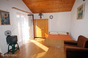 Supetarska Draga - Donja, Living room in the apartment, dostupna klima.