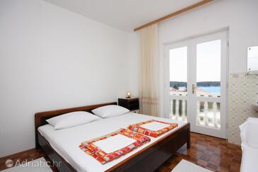 Barbat, Bedroom in the room.