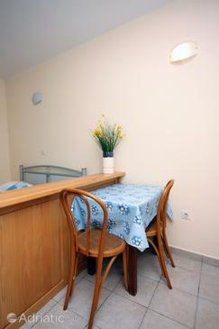Supetarska Draga - Gonar, Dining room in the studio-apartment.