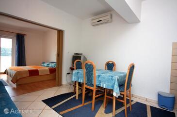 Kampor, Jídelna v ubytování typu studio-apartment, s klimatizací, domácí mazlíčci povoleni a WiFi.