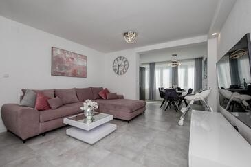 Banjol, Living room in the apartment, dostupna klima i WIFI.