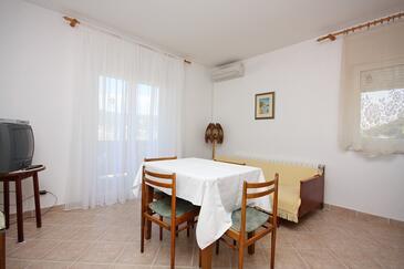 Supetarska Draga - Donja, Dining room in the apartment, dostupna klima i WIFI.