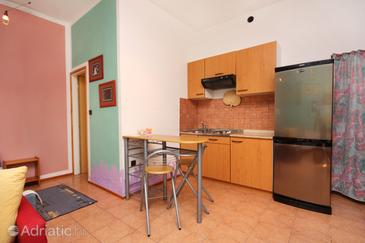 Supetarska Draga - Gornja, Столовая в размещении типа studio-apartment, Домашние животные допускаются и WiFi.
