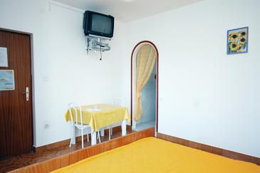 Kampor, Dining room in the studio-apartment, (pet friendly) and WiFi.
