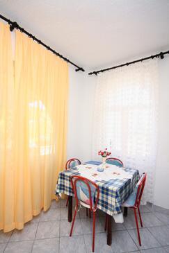 Jezera, Jídelna v ubytování typu studio-apartment, domácí mazlíčci povoleni.