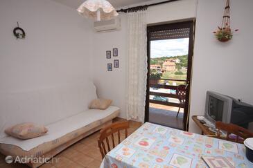 Tisno, Obývací pokoj v ubytování typu studio-apartment, s klimatizací, domácí mazlíčci povoleni a WiFi.