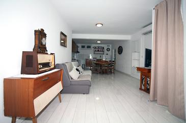 Tisno, Living room in the apartment, air condition available and WiFi.
