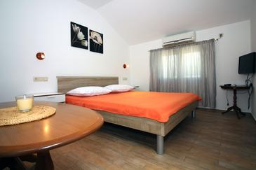 Tisno, Bedroom in the studio-apartment, air condition available and WiFi.