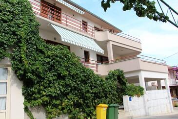 Tisno, Murter, Объект 5106 - Апартаменты и комнаты вблизи моря с галечным пляжем.