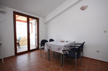 Jezera, Dining room in the apartment, dostupna klima i WIFI.