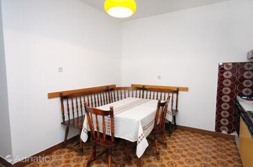 Tisno, Sufragerie în unitate de cazare tip apartment, aer condiționat disponibil şi animale de companie sunt acceptate.