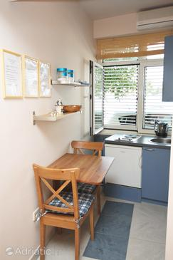Tisno, Dining room in the studio-apartment, air condition available and WiFi.