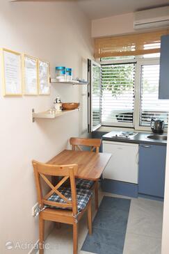 Tisno, Jídelna v ubytování typu studio-apartment, s klimatizací a WiFi.