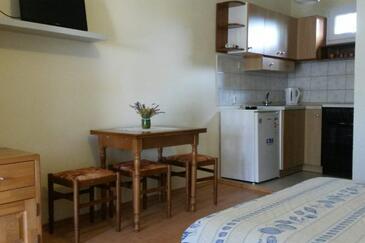 Murter, Dining room in the studio-apartment, dostupna klima i dopusteni kucni ljubimci.