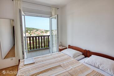 Tisno, Ložnice v ubytování typu room, domácí mazlíčci povoleni a WiFi.