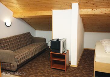 Jezera, Living room in the studio-apartment, dostupna klima, dopusteni kucni ljubimci i WIFI.
