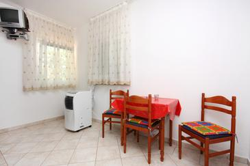 Rogoznica, Dining room in the studio-apartment, dostupna klima, dopusteni kucni ljubimci i WIFI.