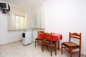 Rogoznica, Dining room in the studio-apartment, dostupna klima, dopusteni kucni ljubimci i WIFI.