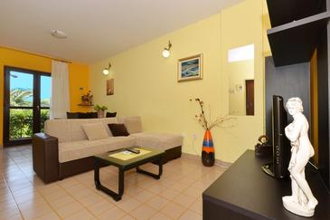 Slatine, Living room in the apartment, air condition available and WiFi.