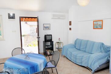 Sutivan, Living room in the studio-apartment, dostupna klima i dopusteni kucni ljubimci.