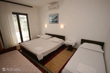 Živogošće - Blato, Bedroom in the room, dostupna klima i WIFI.