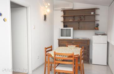 Maslinica, Dining room in the apartment, dostupna klima i WIFI.