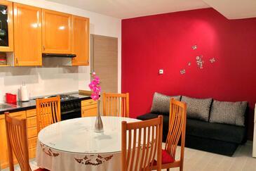 Kaštel Štafilić, Dining room in the apartment, dostupna klima i WIFI.