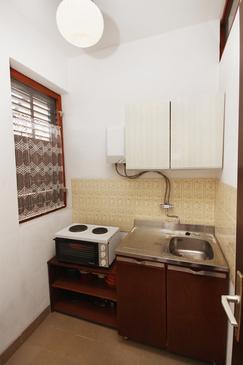 Trogir, Kuchyňa v ubytovacej jednotke studio-apartment, domáci miláčikovia povolení a WiFi.
