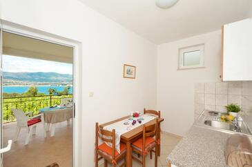 Arbanija, Dining room in the apartment, WIFI.