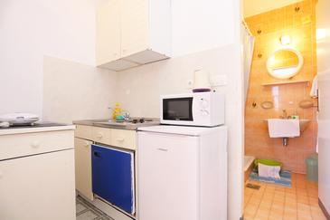 Tučepi, Kitchen in the studio-apartment, dopusteni kucni ljubimci i WIFI.