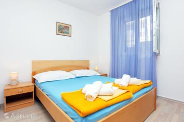 Tučepi, Bedroom in the room, air condition available, (pet friendly) and WiFi.