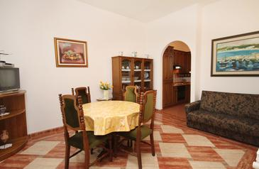 Malinska, Dining room in the apartment, dostupna klima i WIFI.