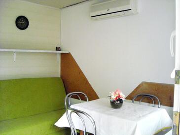 Jadranovo, Столовая в размещении типа studio-apartment, доступный кондиционер, Домашние животные допускаются и WiFi.