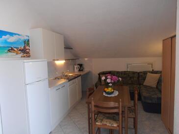 Sveti Anton, Dining room in the studio-apartment, dostupna klima, dopusteni kucni ljubimci i WIFI.