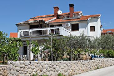 Krk, Krk, Objekt 5294 - Apartmaji in sobe s prodnato plažo.